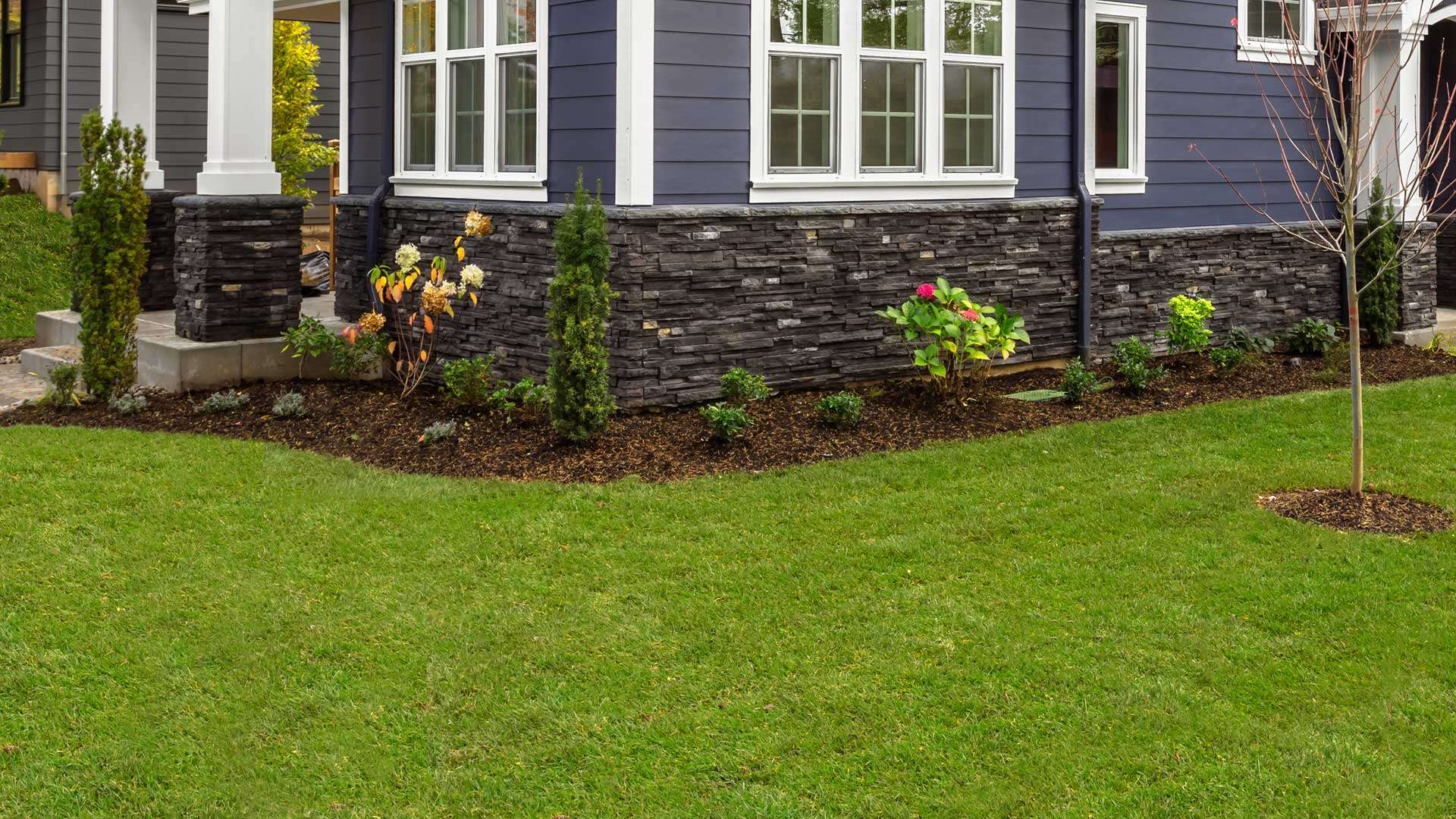 Professionally maintained landscaping bed at a home in Bogalusa, LA..